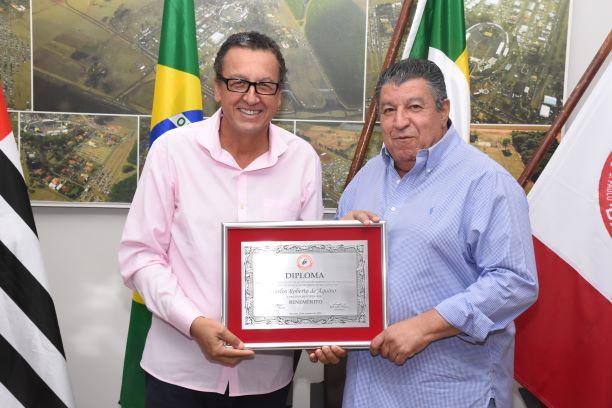 Diretor Financeiro Hussein Gemha Junior entrega título de benemérito a Carlos Roberto Aquino(Diego Rodrigues)
